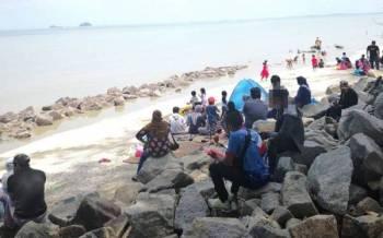 Orang ramai mengunjungi Pantai Remis Jeram, Kuala Selangor pada Khamis.