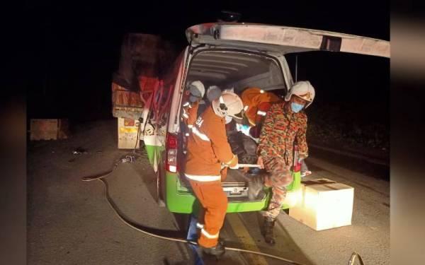 Anggota bomba membantu mengeluarkan mangsa.