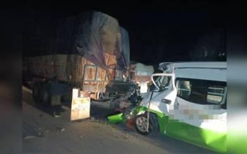 Keadaan van persiaran yang merempuh treler di Kilometer 71, Jalan Sandakan-Lahad Datu, Kinabatangan.