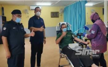 Rizam (dua dari kiri) pada Program Derma Darah DUN Sungai Air Tawar di Pejabat ADUN Sungai Air Tawar, Sabak Bernam pada Sabtu.