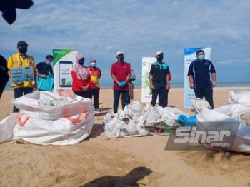 Mohd Zamri (tengah) bersama Pengarah SWCorp Negeri Sembilan, Mohd Zahir (dua dari kanan) bersama sampah yang berjaya dikutip dalam program SWM Environment sempena Sambutan World Clean Up Day 2021 di Pantai Saujana, Batu 4, Port Dickson, pada Sabtu.   Yang Dipertua MPPD, Mohd Zamri Mohd Esa (tengah) bersama Pengarah SWCorp Negeri Sembilan, Mohd Zahir Shari (dua dari kanan) bersama sampah yang berjaya dikutip dalam program SWM Environment sempena Sambutan World Clean Up Day 2021 di Pantai Saujana, Batu 4, Port Dickson, pada Sabtu.    Yang Dipertua MPPD, Mohd Zamri Mohd Esa (tengah) bersama Pengarah SWCorp Negeri Sembilan, Mohd Zahir Shari (dua dari kanan) bersama sampah yang berjaya dikutip dalam program SWM Environment sempena Sambutan World Clean Up Day 2021 di Pantai Saujana, Batu 4, Port Dickson, pada Sabtu.