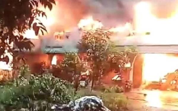 Api yang marak membakar sebuah rumah ketika empat penghuni berada di dalamnya di Kampung Tembesu, Limbat, Kota Bharu pada Ahad.