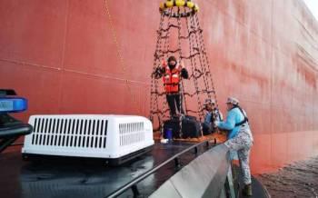 Maritim Malaysia membantu membawa mangsa yang memerlukan rawatan segera akibat sakit apendiks ke Hospital Pantai Seri Manjung. Foto: Ihsan Maritim Malaysia Perak.