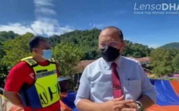 Video yang dikongsikan Ahmad Amzad (kanan) ketika beliau mengadakan lawatan di kawasan tanah runtuh, Kemensah Heights, Ampang pada Isnin.