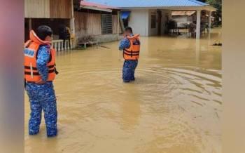 Rumah penduduk dinaiki air di Kampung Rantau Panjang, Bestari Jaya pada Isnin.