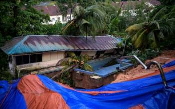 Keadaan lokasi sekitar kejadian tanah runtuh di bahagian belakang sebuah kediaman di Jalan Kemensah Height. - Foto Bernama