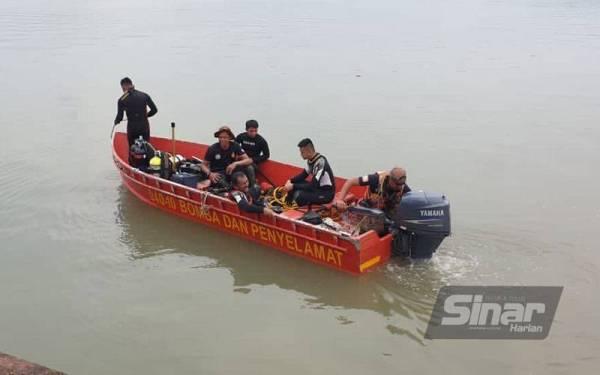 Anggota bomba ketika melakukan operasi menyelamat di Jeti Mados Kampung Air Putih pada pagi Rabu.
