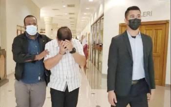 Mohamed Shaffiq (tengah) mengaku tidak bersalah di Mahkamah Sesyen Kuantan atas tuduhan menerima suapan daripada seorang lelaki.