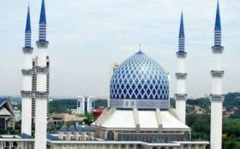 Seramai 1,000 jemaah dibenarkan solat Jumaat di Masjid Salahuddin Abdul Aziz Shah.