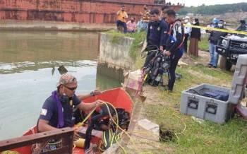 Anggota bomba dan pasukan penyelam bersiap sedia sebelum memulakan misi menyelamat di Jeti Mados Kampung Air Putih, Kota Tinggi pada pagi Rabu.