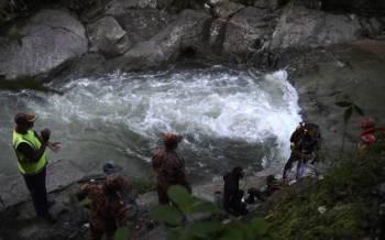 Anggota Jabatan Bomba dan Penyelamat Malaysia (JBPM) membuat operasi pencarian seorang lelaki berusia 23 tahun yang dipercayai lemas ketika mandi bersama lima rakannya di Sungai Balak Batang Kali - Foto Bernama
