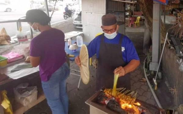 Ramli menjalankan perniagaan sate di Chabang Tiga, Kuala Terengganu.