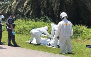 Mayat mangsa dikeluarkan dengan bantuan pihak bomba. - Foto ihsan PDRM