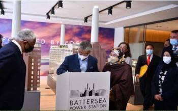 Al-Sultan Abdullah dan Tunku Hajah Azizah berkenan berangkat melawat Stesen Janakuasa Battersea, projek hartanah ikonik pelaburan Malaysia di ibu kota London pada Jumaat. - Foto FB Istana Negara