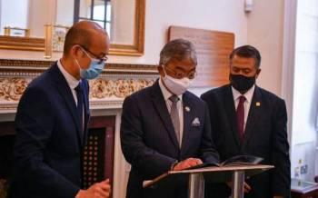 Dalam lawatan selama dua jam itu, Al-Sultan Abdullah menerima persembahan taklimat mengenai program pembangunan dan penyelidikan getah asli yang dijalankan di TARRC. Foto Istana Negara