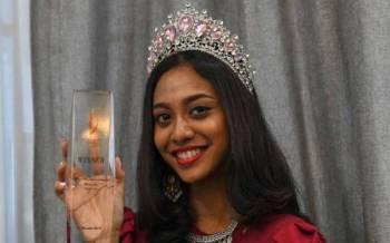 Dheper Reshaa menunjukkan trofi Miss Teen International Malaysia 2018/2019 yang dimenanginya. - Foto Bernama