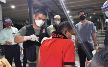 Gelandangan yang berada di hentian bas MBKT diberi suntikan vaksin malam tadi.