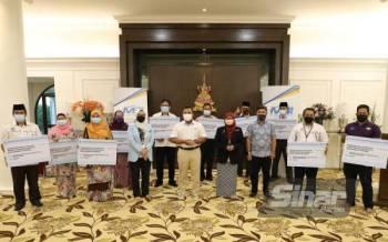 Amirudin (tengah) bersama wakil-wakil PPD Selangor di Kediaman Datuk Menteri Besar, di sini pada Selasa.