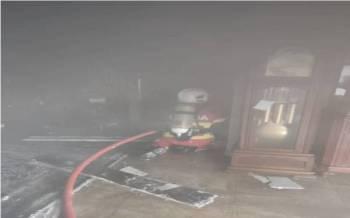 Anggota bomba bertungkus-lumus memadamkan kebakaran.
