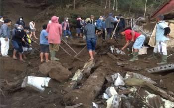 Penduduk mencari barangan yang tertimbus di bawah runtuhan bangunan dalam kejadian gempa bumi berukuran 4.8 pada skala Richter yang melanda pulau peranginan Bali. - Foto EPA