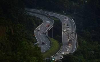 Aliran trafik di kebanyakan lebuh raya utama di negara ini hari ini berjalan lancar dan tiada sebarang kesesakan dilaporkan susulan aktiviti merentas negeri telah dibenarkan sejak, Isnin lalu. - Foto Bernama