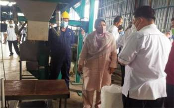 Zuraida meninjau pemprosesan biji benih kenaf ketika melawat Pusat Pemprosesan Biji Benih Kenaf di Bandar Darulaman pada Sabtu.