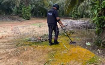 (UPB) Ibu Pejabat Polis Kontinjen (IPK) Johor bersama-sama UPB IPD Segamat melakukan kerja-kerja memusnahkan bom lama kawasan Ladang Pertanian Sekijang, Segamat, pada Khamis.