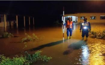 Anggota APM Pendang melakukan pemantauan paras air di daerah Pendang. - Foto ihsan APM